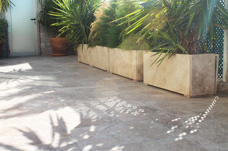 jardineras exteriores elaboradas con travertino olivillo claro en bruto solera de olivillo oscuro envejecido